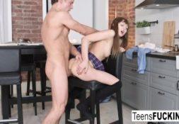 Vdeo de porno putinha fodendo sua buceta apertada