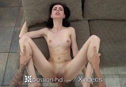 Gostosa nua magrinha ninfeta fodendo no sofá com seu namorado